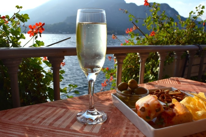 Drinks and (free) snacks with a view in Bellagio