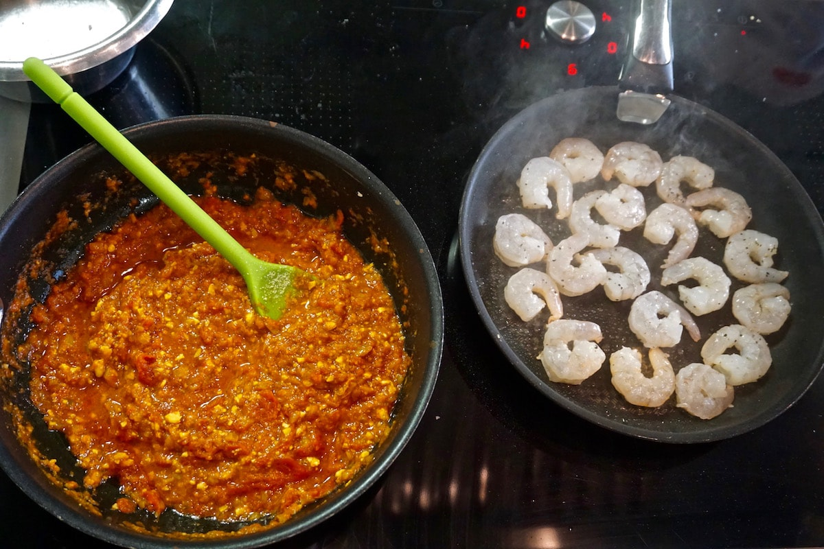 Making the prawn curry at L'atelier Des Chefs, St Paul's, London