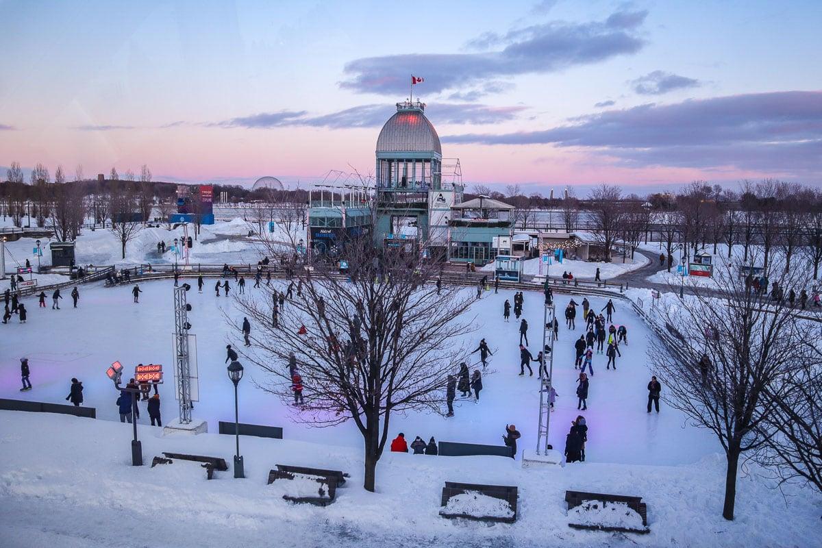 Coucher de soleil sur la patinoire à Montréal