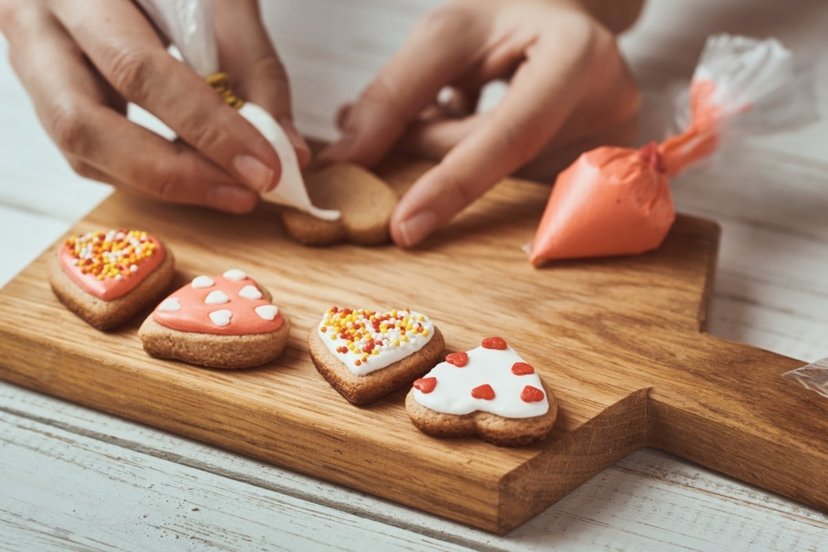 Icing biscuits at home