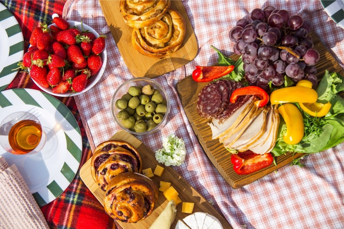 Picnics in the park are easier with a backpack picnic set