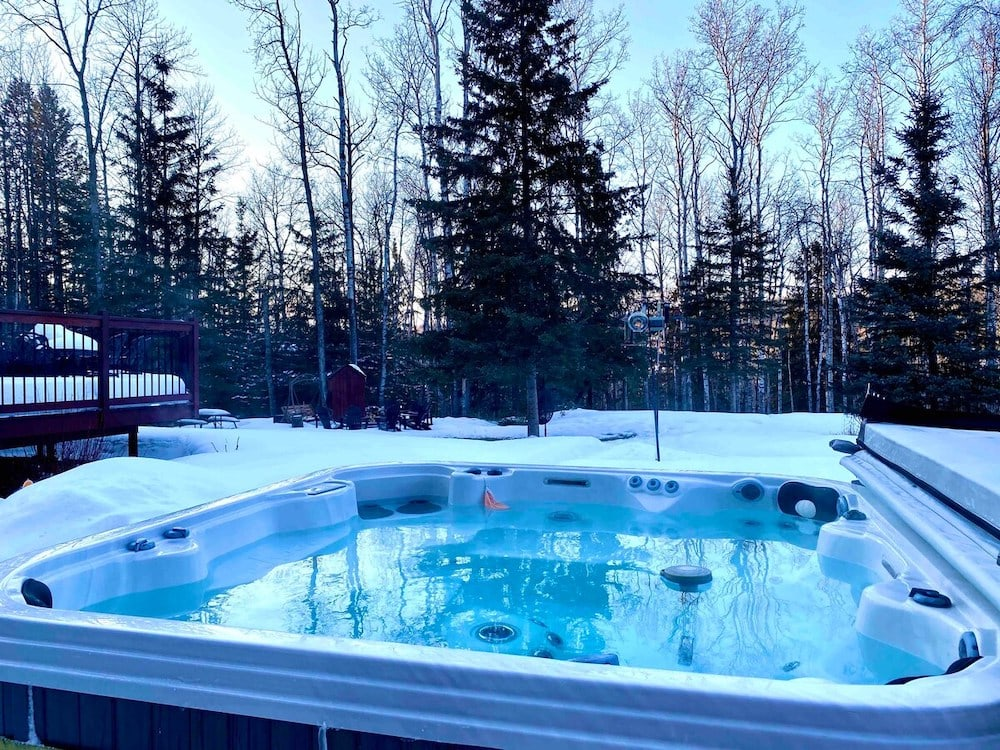 Hot tub at Woodsy Cabin, Alberta